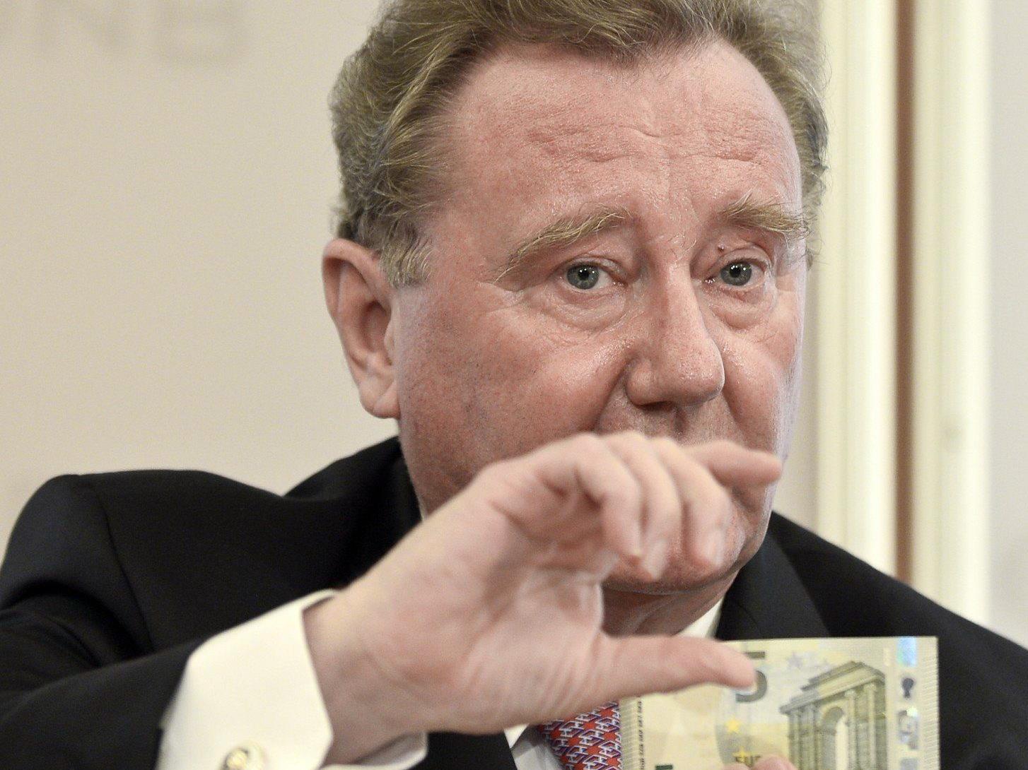Ex-OeNB-Vize-Gouverneur Wolfgang Duchatczek (hier bei der Präsentation der neuen 5-Euro-Scheine) hat keine Ansprüche auf eine OeNB-Pension.