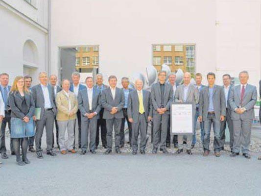Vertreter der zwölf Unternehmen präsentierten am 12. Juni die unterzeichnete Abmachung, bis 2014 sechs Prozent Energie einzusparen.