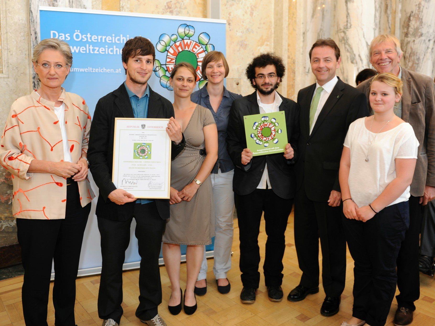 BM Claudia Schmied und BM Niki Berlakovich überreichten einer Delegation des BORG Egg das Österreichische Umweltzeichen.