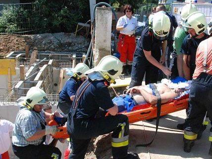 Die Feuerwehr befreite den Verletzten aus seiner Notlage.