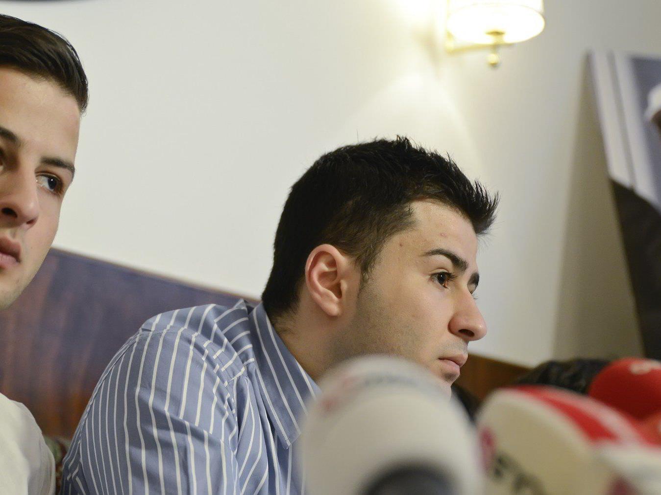 Die Söhne des in Syrien verhafteten Jamal Orabi (auf einem Bild im Hintergrund) am Freitag, 21. Dezember 2012, während einer Pressekonferenz in Wien.