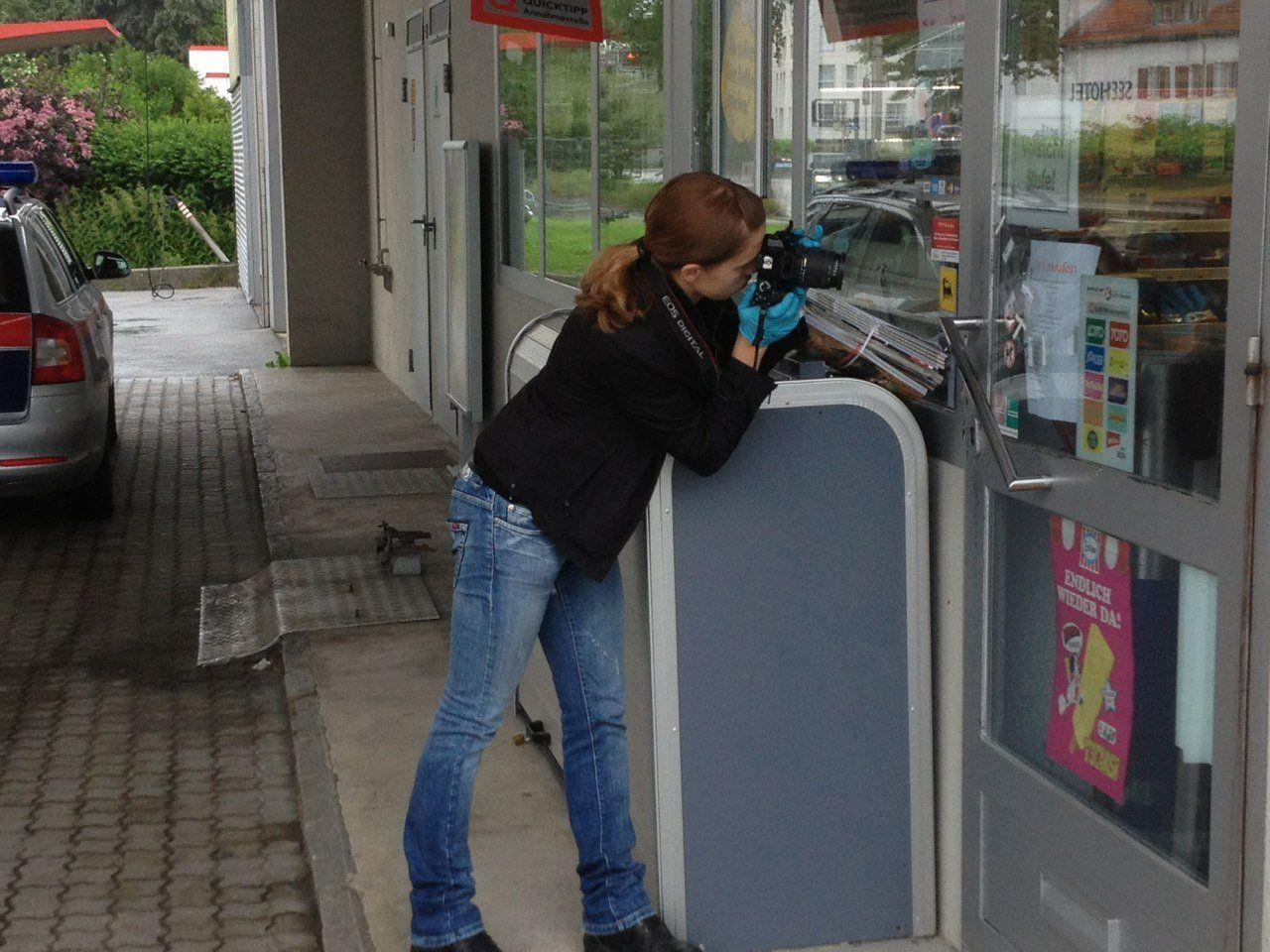 Die Spurensicherung bei der Arbeit nach einem versuchten Einbruch an der Eni-Tankstelle in Lochau.