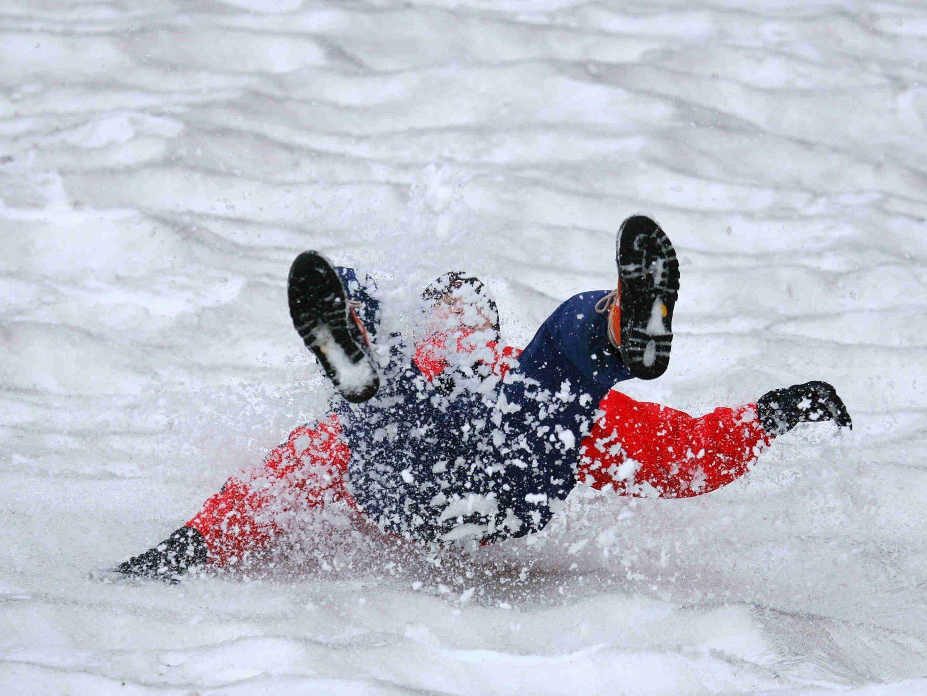 Die Frau rutschte 100 Meter über ein Schneefeld ab.