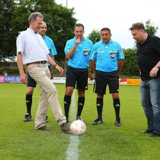 Bürgermeister Richard Amann und Sportstadtrat Friedl Dold nahmen den Ankick vor.