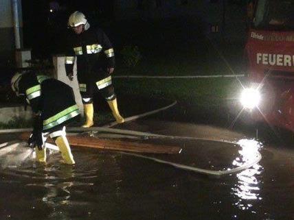 900 Feuerwehrleute waren in der Nacht auf Dienstag im Einsatz.