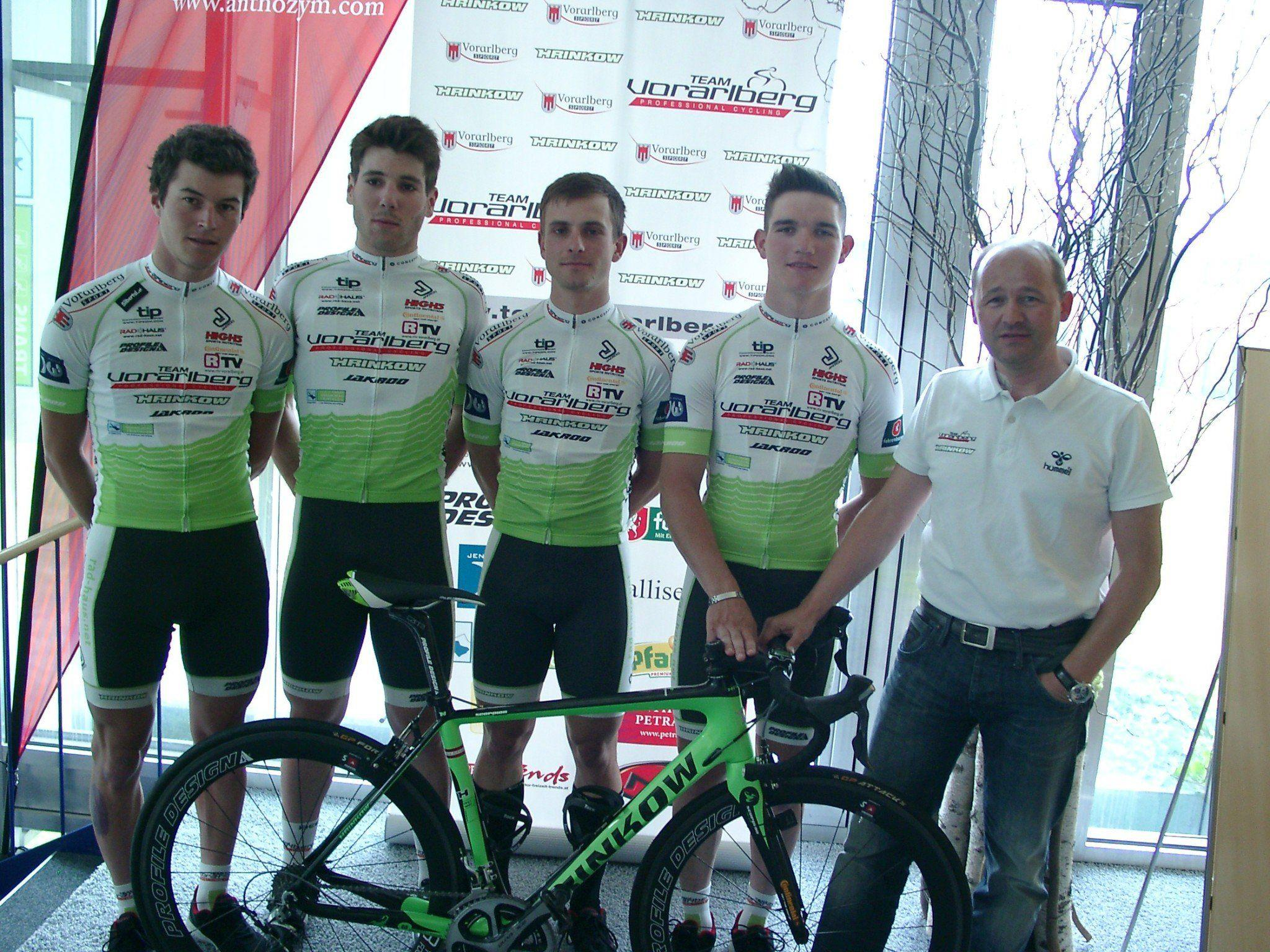 Die vier Vorarlberger Profiradsportler mit Teammanager Tom Kofler brauchen endlich ein Erfolgserlebnis.