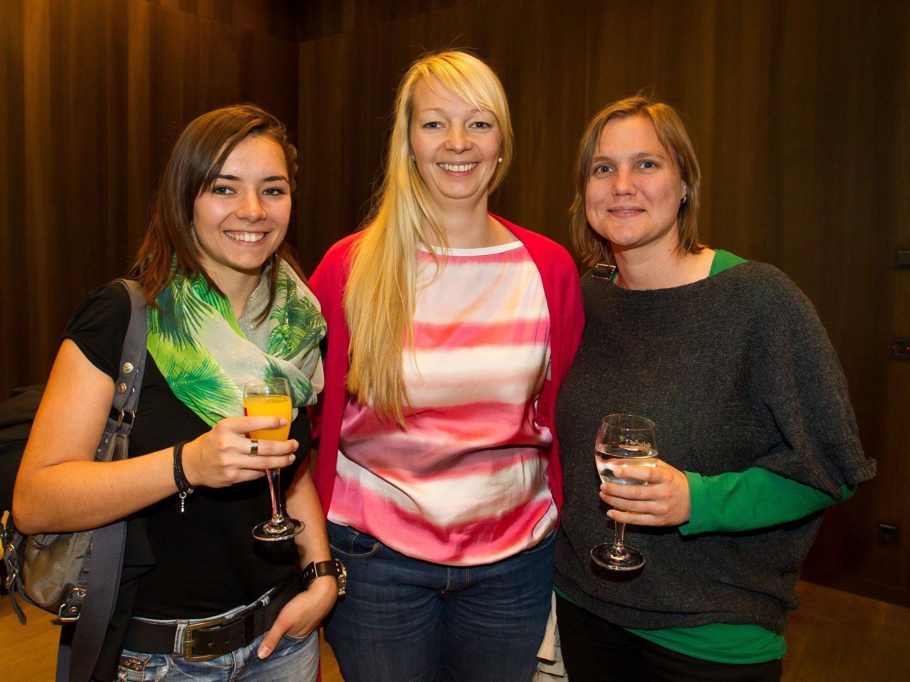 """Fabienne Köberle, Nicol Metzler und Elisabeth Mayer bei der Exkursion ins """"vorarlberg museum""""."""