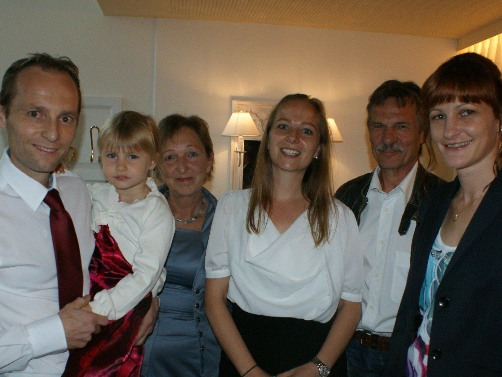 Marcel Lerch mit Tochter Alissa, Mama Trudi, Schwester Olivia, Papa Erich und Freundin Isolde