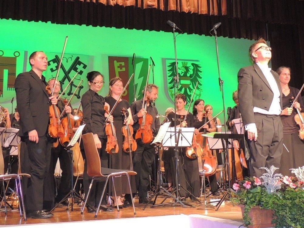 Johann-Strauß-Konzert in Vandans mit Dirigent Nikolaus Netzer und Zithersolist Michael Gapp (von links).