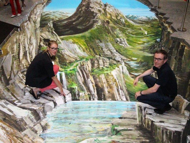 Täuschend echt: Gregor Wosik schafft mit seinen 3D-Kunstwerken die perfekte Illusion. ZIMBAPARK Centermanager Walter Simma und Marketing Leiterin Christina Grass.