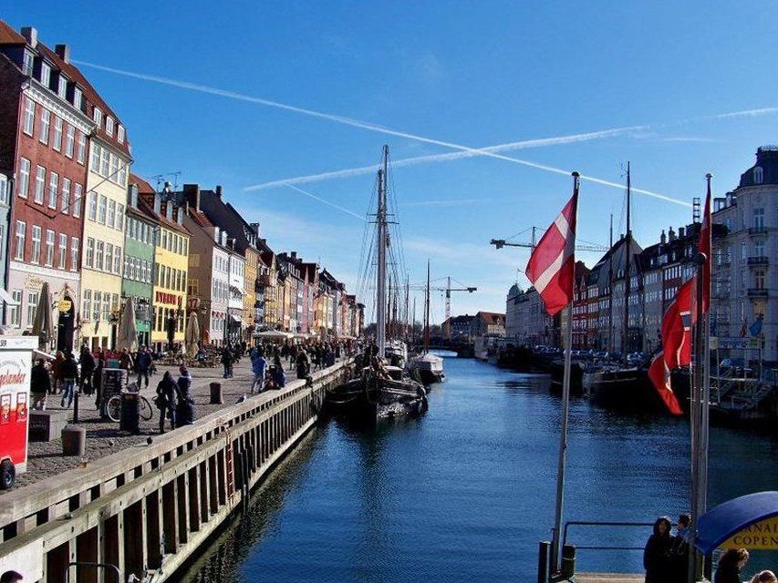 Kopenhagen ist eine der wenigen Städte, die nicht in die Höhe, sondern in die Breite gewachsen sind.