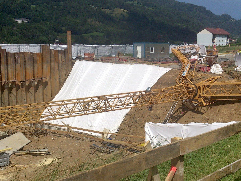 Auf einer Baustelle in der Steiermark stürzte ein Baukran um - ein 58-Jähriger wurde getötet.
