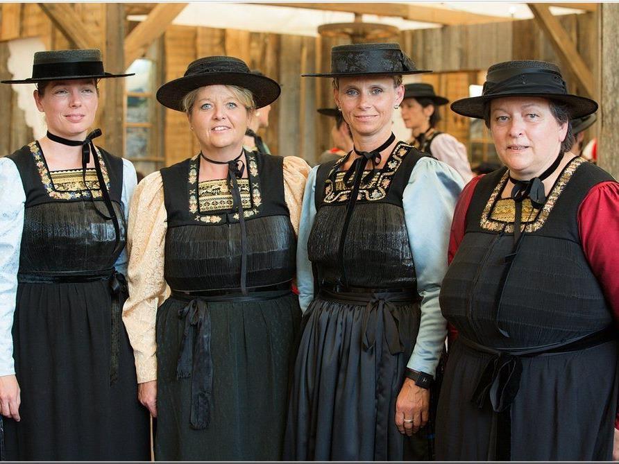 """stolz präsentieren sich die Frauen in ihren """"Juppen"""""""