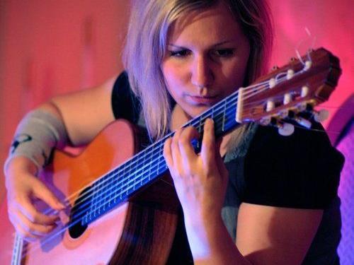 Singer-Songwriterin Angela Mair präsentiert Eigenkompositionen.