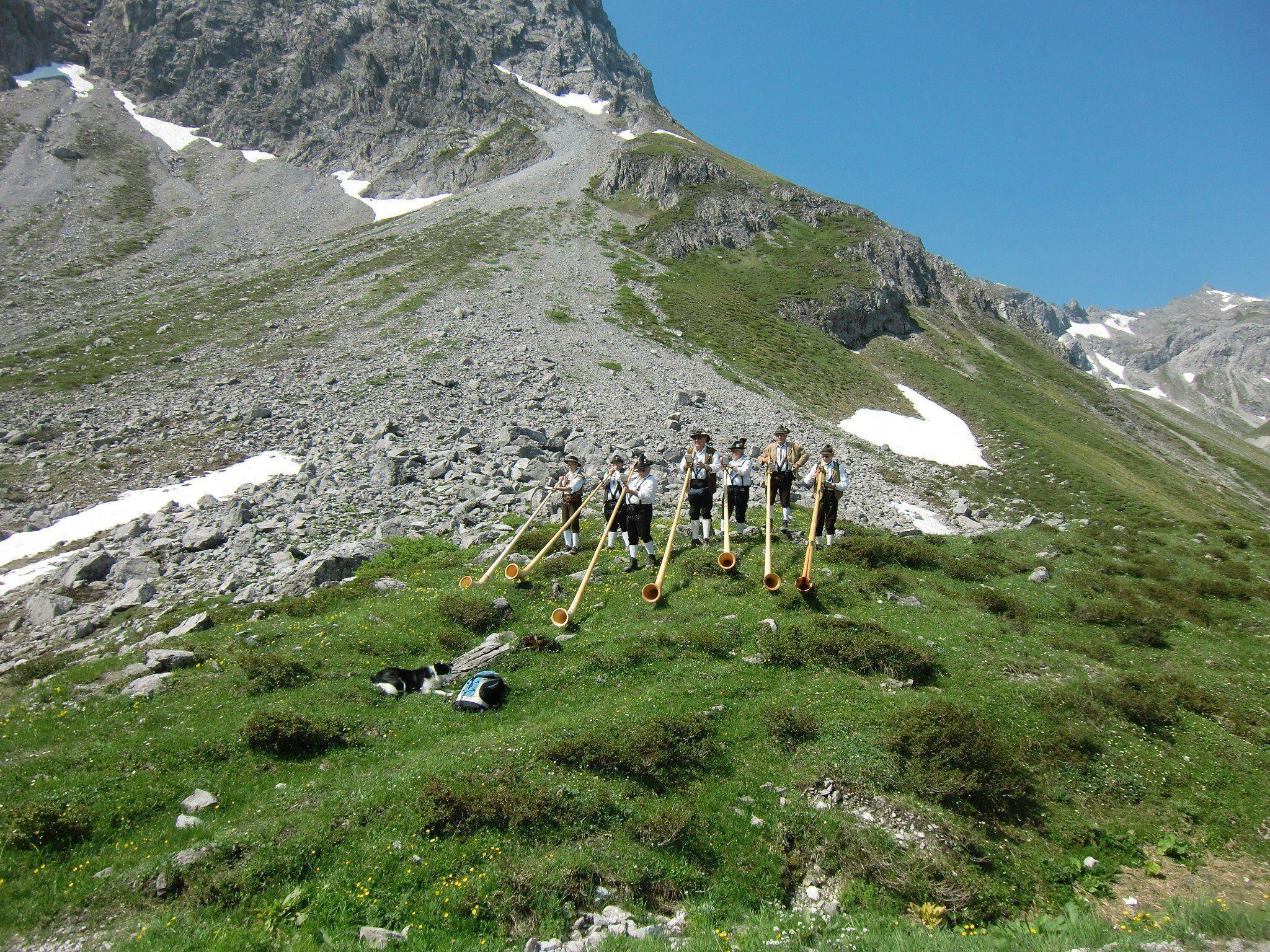 Alphornbläser entlang des Wanderweges.