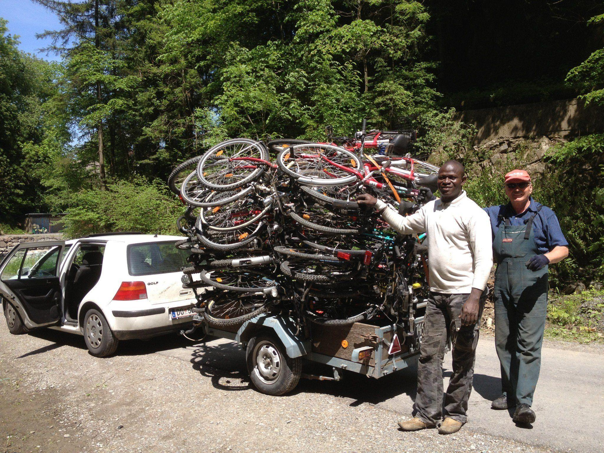 N'Do Bienvenu und Gerhard Schalk bei der Abholung der Fahrräder in Frastanz.