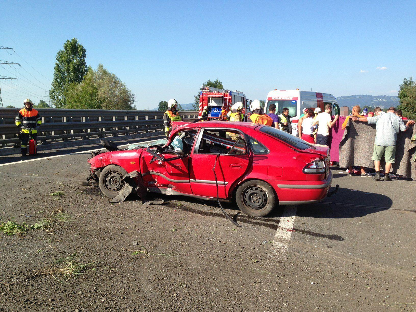 Einer der fün Insassen wurde bei dem Unfall schwer verletzt.