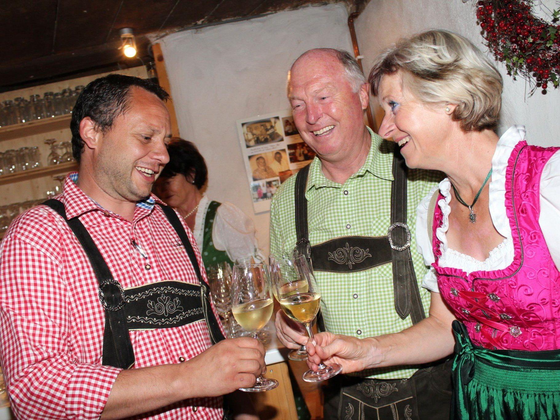 Kommandant Mario Immler begrüßt Bgm. Egon und Erna Troy.