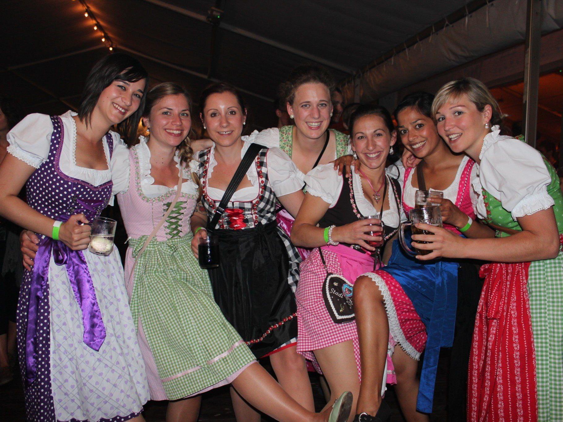 Viele Mädchen und Frauen kamen mit dem Dirndl zum Fest.