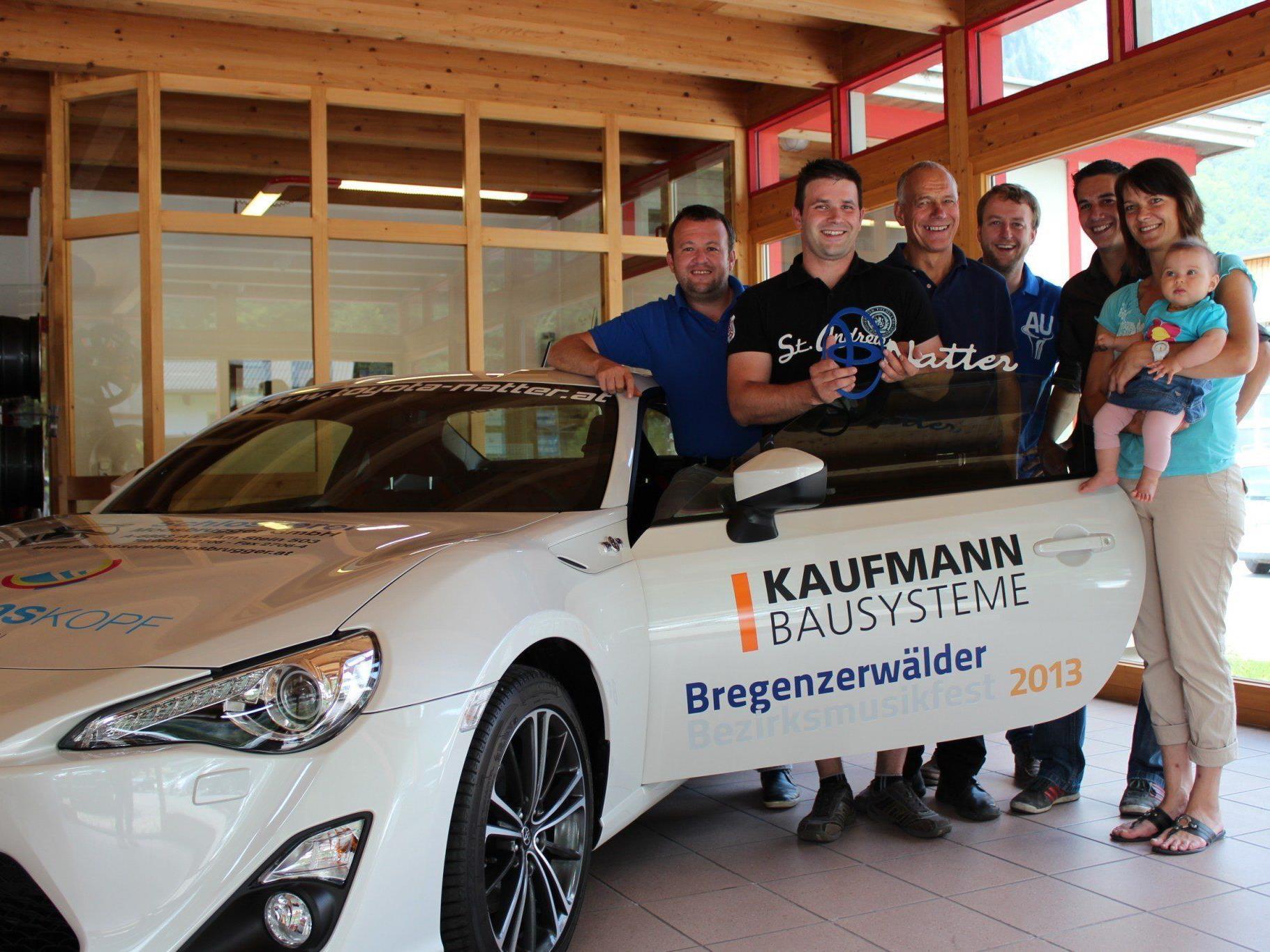 Mathias Simma (BM Au), Auto-Gewinner Stefan Kohler, Walter Natter (Toyota Natter), Martin Natter (BM Au), Michael Natter (Toyota Natter) und Maritta Röck mit Laura (Lebensgefährtin und Tochter von Stefan Kohler).