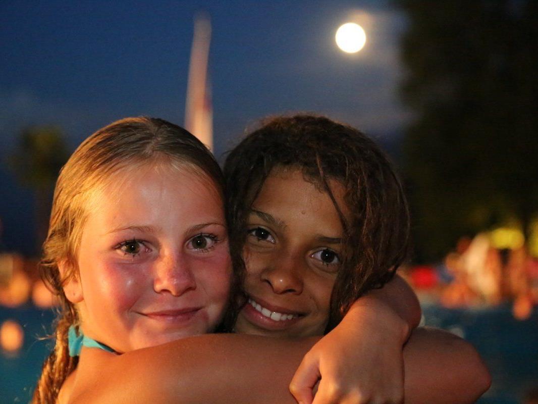 Nadine und Jasmin aus Feldkirch genossen ein tolles Badeerlebnis in der Vollmondnacht
