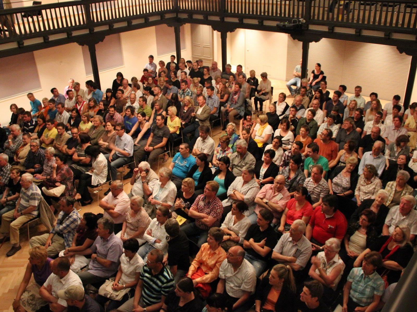 """Veranstaltungsreihen wie """"Kultur im Löwen"""" profitieren von dem Ambiente und der Ausstattung des 2011 neu eröffneten Löwensaals."""