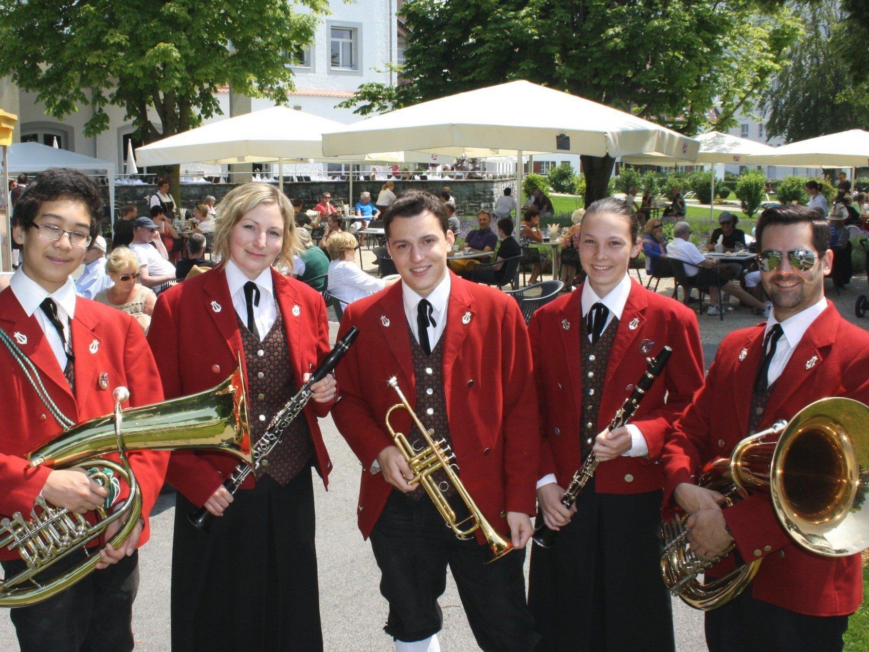 """Der """"Musikverein Lochau"""" begeisterte beim zünftigen Blasmusikfrühschoppen die zahlreichen Gäste im Gastgarten des Seehotel Am Kaiserstrand."""