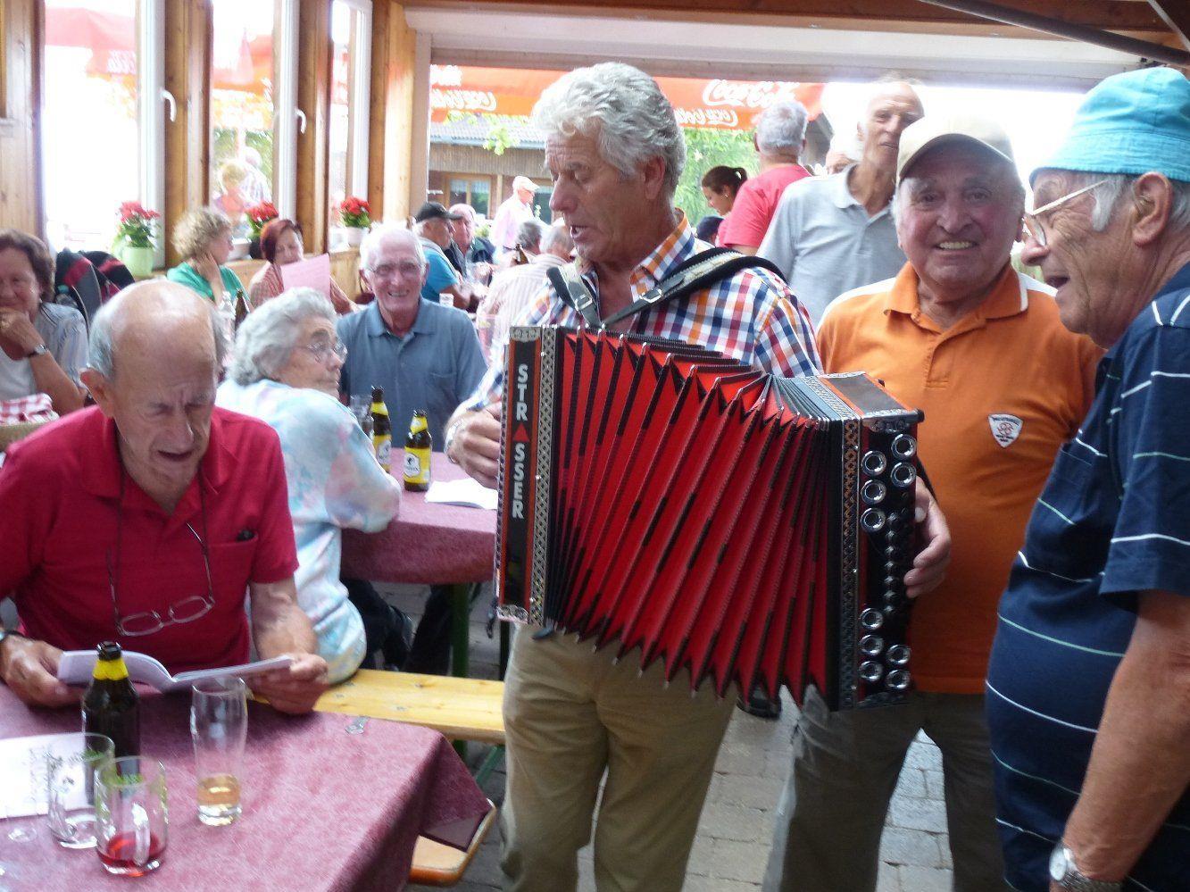 Stimmungsvoller Grillnachmittag der Lochauer Senioren auf dem Fesslerhof in Eichenberg/Schüssellehen.