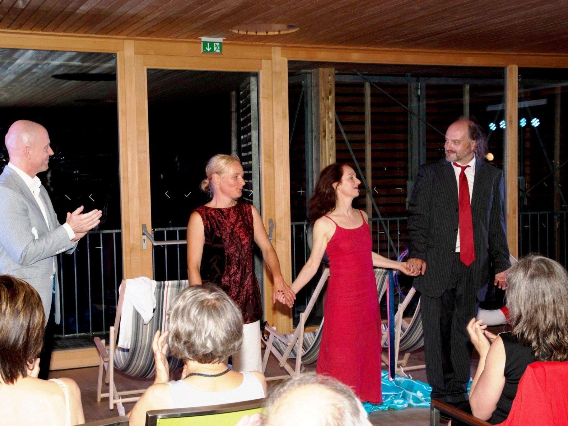 """Viel Applaus für die erfolgreiche Aufführung von """"Montevideo"""" mit Katharina Grabher, Ruth Grabher, Andreas Kosek und Mark Német."""