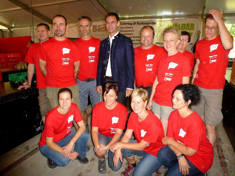 LH Wallner zeigte sich besonders volksnach und gratulierte einigen Mitarbeitern der Feuerwehr Doren persönlich.