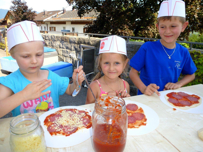 """Die Kinder genossen die """"Pizzabäckerei"""" mitten auf dem Dorfplatz."""