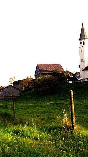Blick auf die Pfarrkirche Röns 2001.