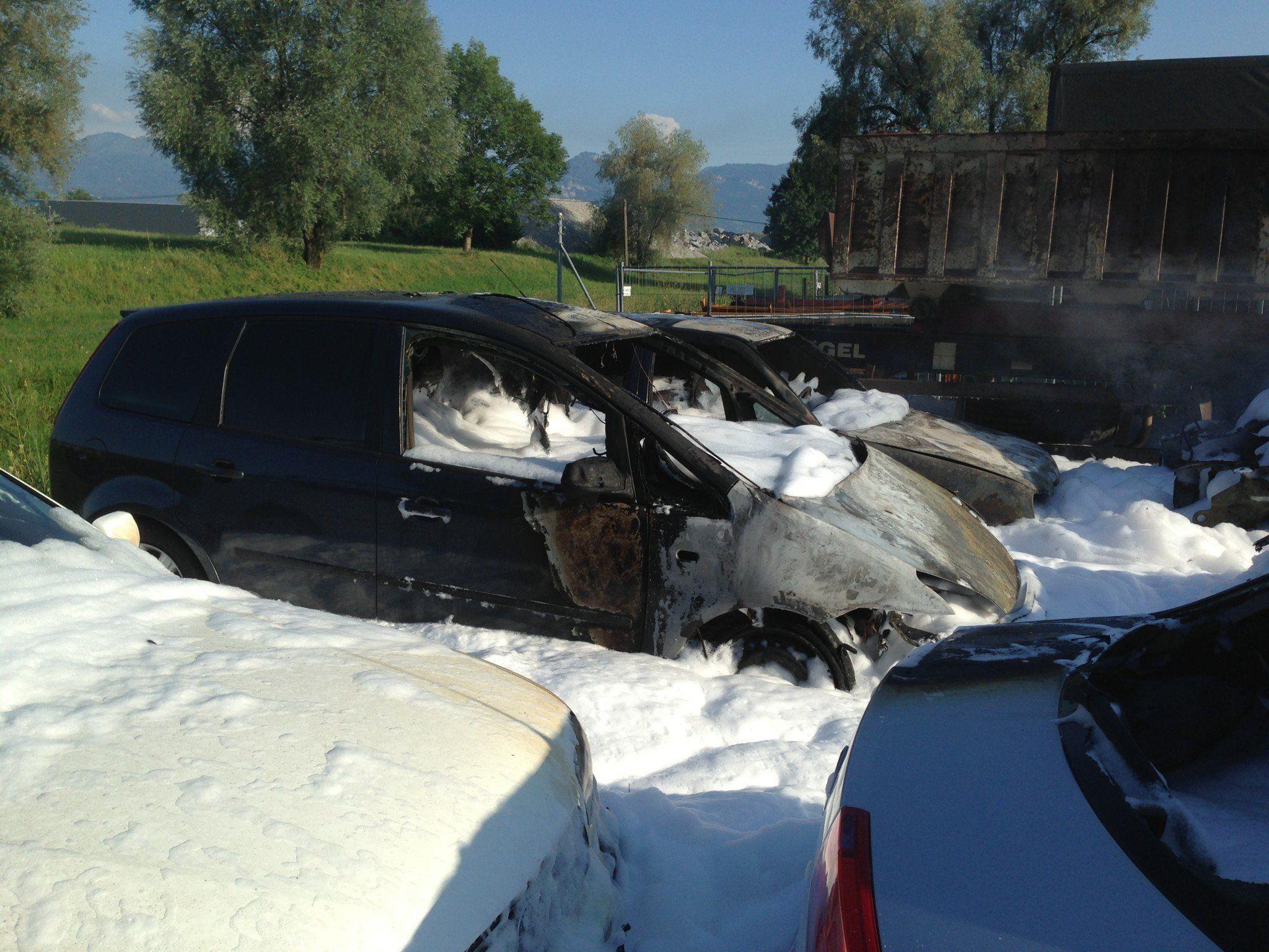 Feuerwehreinsatz in Hard: Fahrzeuge in Brand geraten.