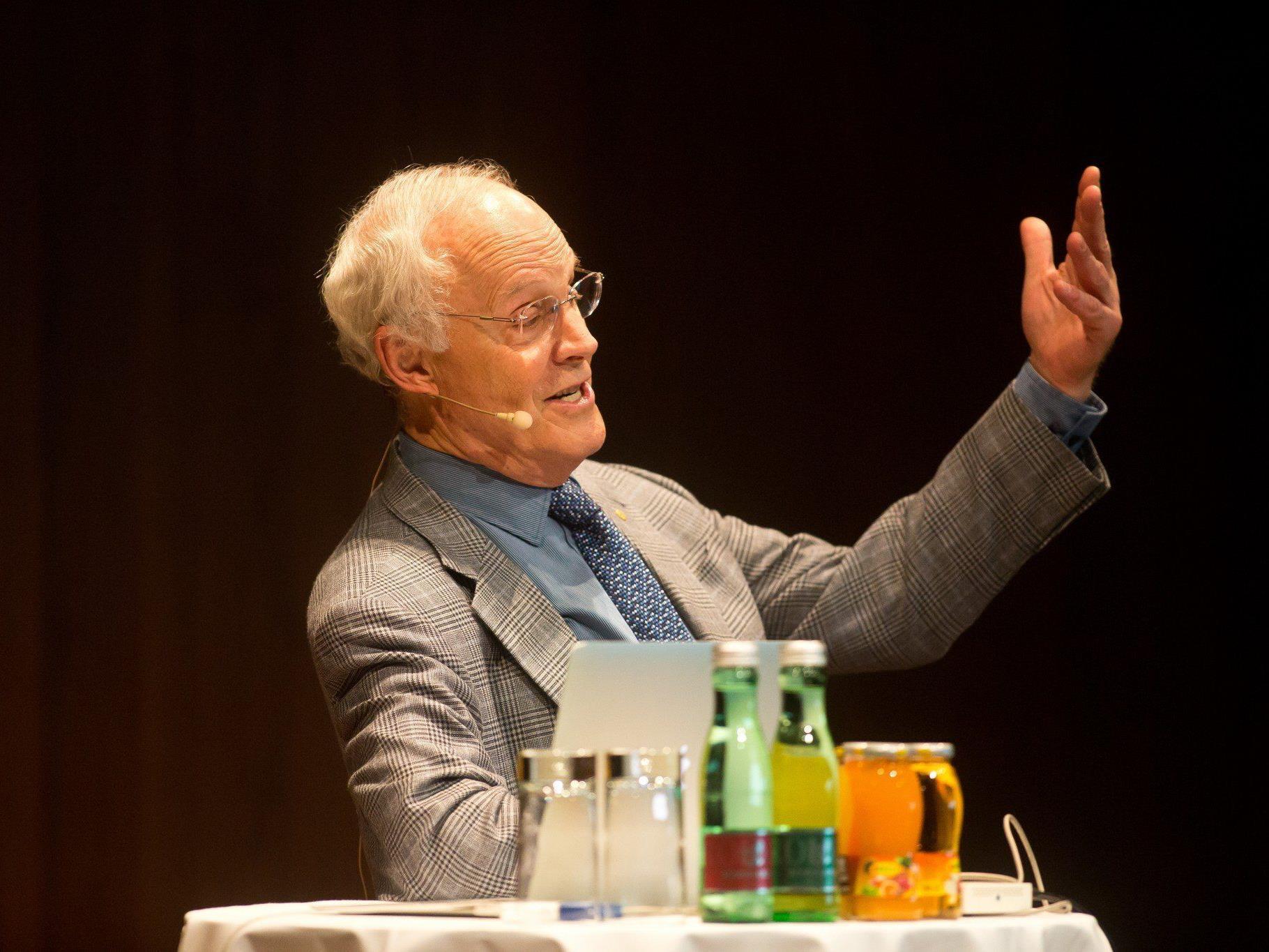 Nobelpreisträger Dr. David Gross hält Vortrag vor sehr viel Prominenz.