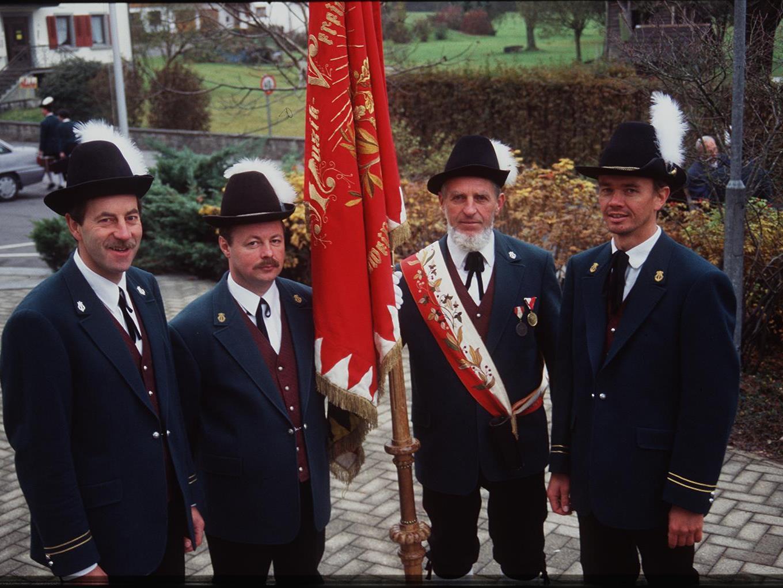 Taktstockübergabe: Peter Rädler (zweiter von links, mit Vereinsvorstand Peter Fessler und Fähnrich Othmar Jäger) wird aus beruflichen Gründen das Kapellmeisteramt offiziell an Elmar Halder (rechts) übergeben.