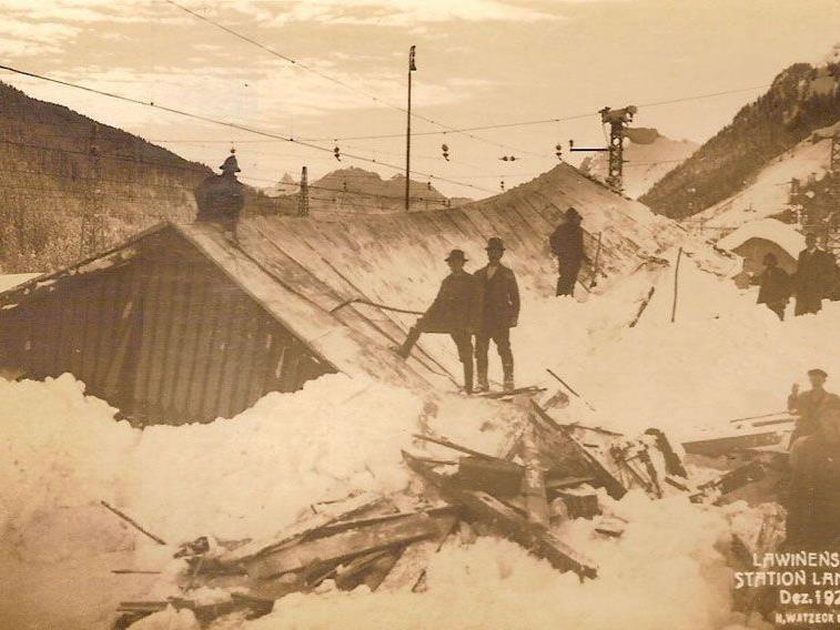 Lawinenabgang beim Bahnhof in Langen am Arlberg im Jahr 1928, eingesendet von Hubert Fleisch.