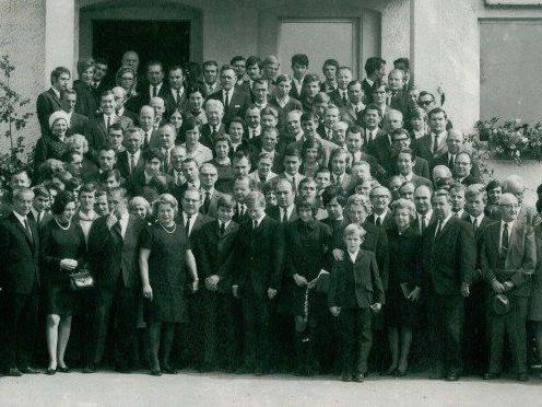 Gruppenfoto der VN-Verleger-Familie Russ mit der VN-Belegschaft nach dem Tod von Dr. Toni Russ im Jahr 1969.