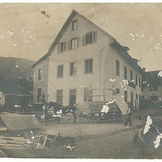 Nüziders in alter Zeit, heute steht an dieser Stelle das Gemeindehaus. Eingesendet von Manfred Konzett.