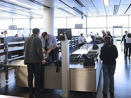 Schwere Vorwürfe gegen einen Polizisten am Flughafen.