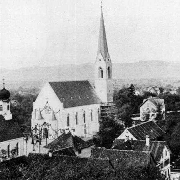 Die alte Kirche in Schwarzach blieb solange stehen, bis die neue zum Bezug fertig gebaut wurde. Den Platz der alten Kirche hat mittlerweile der neue Friedhof eingenommen.