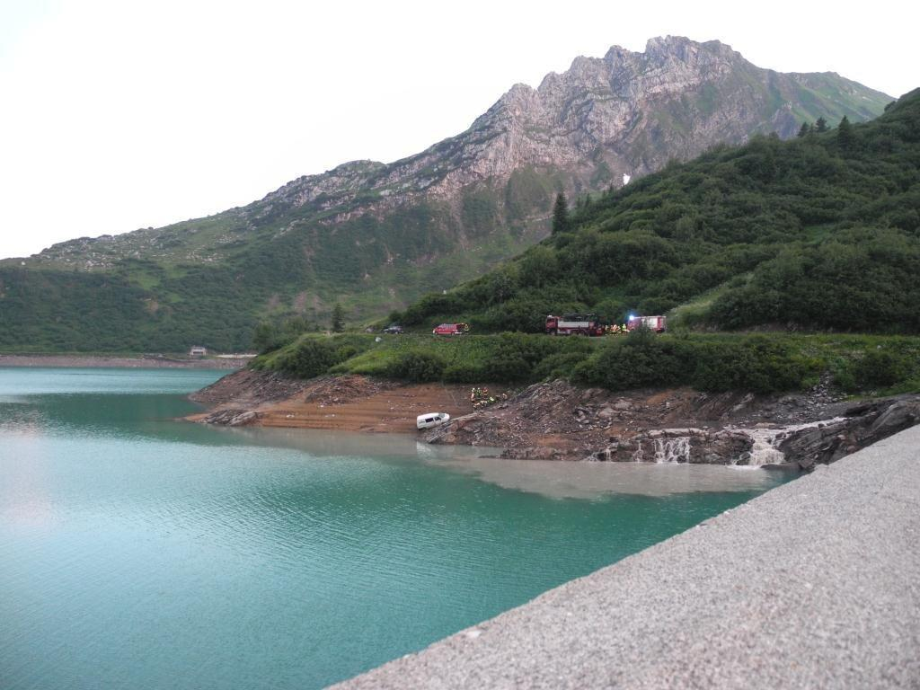 Die Unfallstelle vom Staudamm aus gesehen.