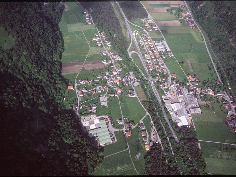 Luftaufnahme aus dem Jahr 1999: Die Autobahn bildet die Grenze zwischen Bings und Stallehr. (Foto: Hofmeister)
