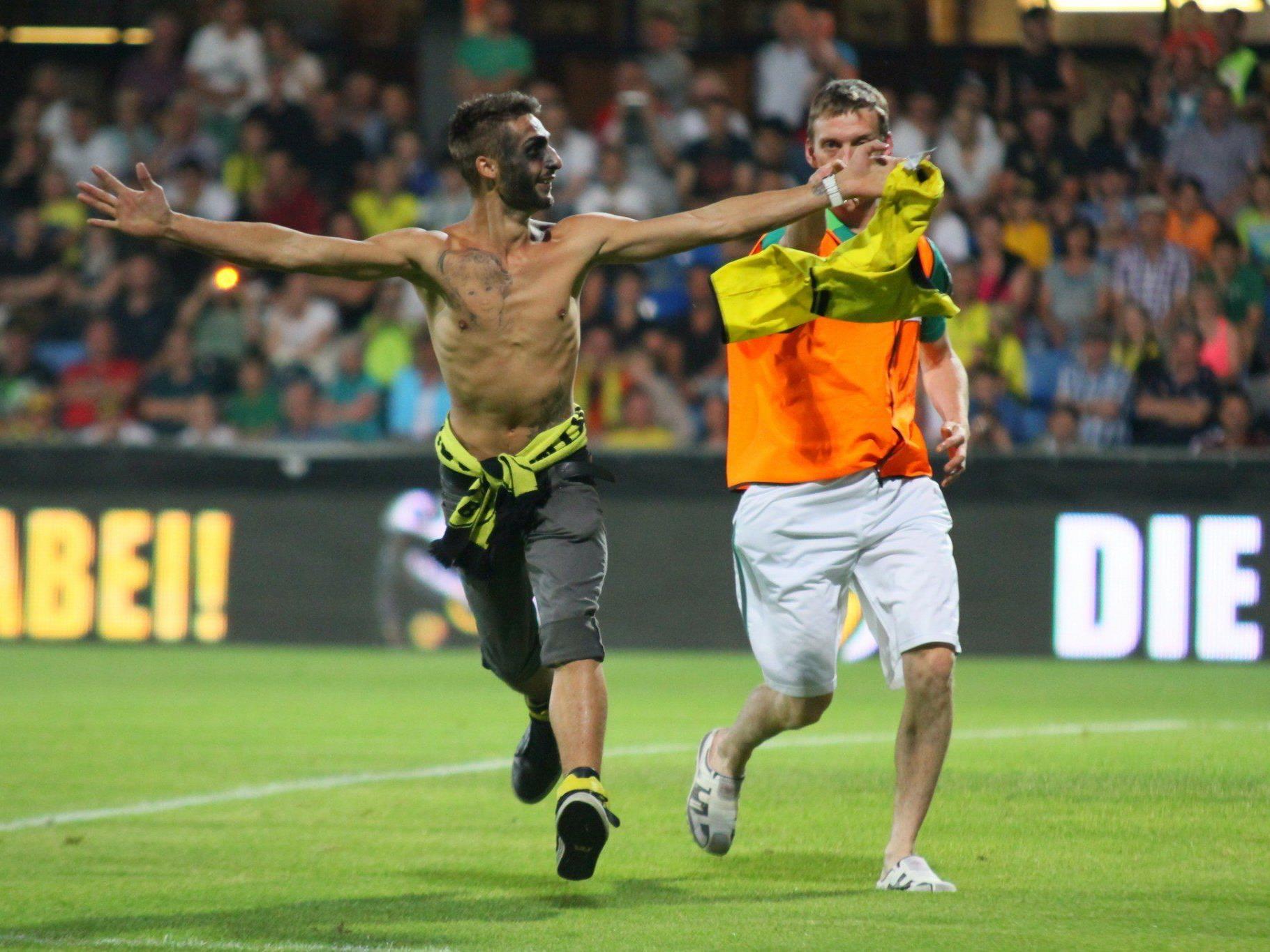 """Mehrere """"Flitzer"""" waren bei der BVB-Gala in der Cashpoint-Arena in Altach unterwegs und stahlen den Kickern die Show."""