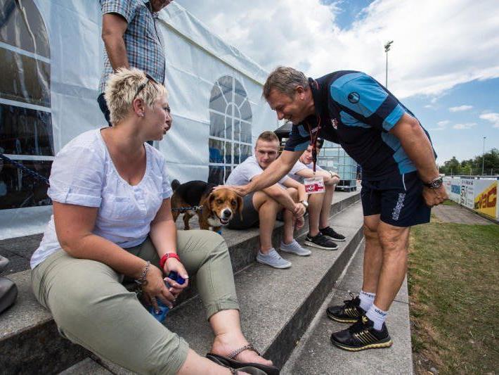 AKA Vorarlberg Trainer Teddy Pawlowski hatte sich beim Turnier in Ruggell auch für den Spaß Zeit genommen.