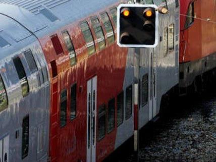 Die Männer wurden von den Polizisten aus dem Zug geholt.