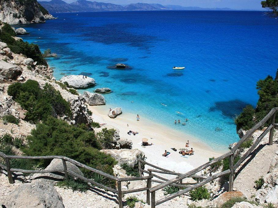 Je abgeschotteter, desto Promi: Viele versteckte Strände Sardiniens sind nur per Boot erreichbar.