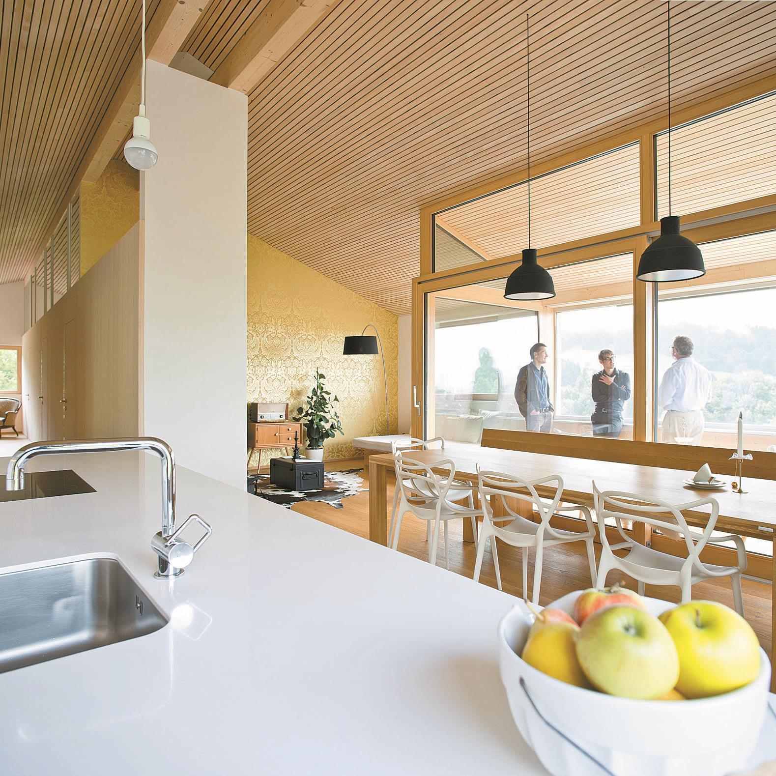 Bewegung im Haus – Kochen, Essen, frische Luft – steht im Vordergrund. Der eher bescheidene Wohnbereich hat dafür eine Goldtapete.