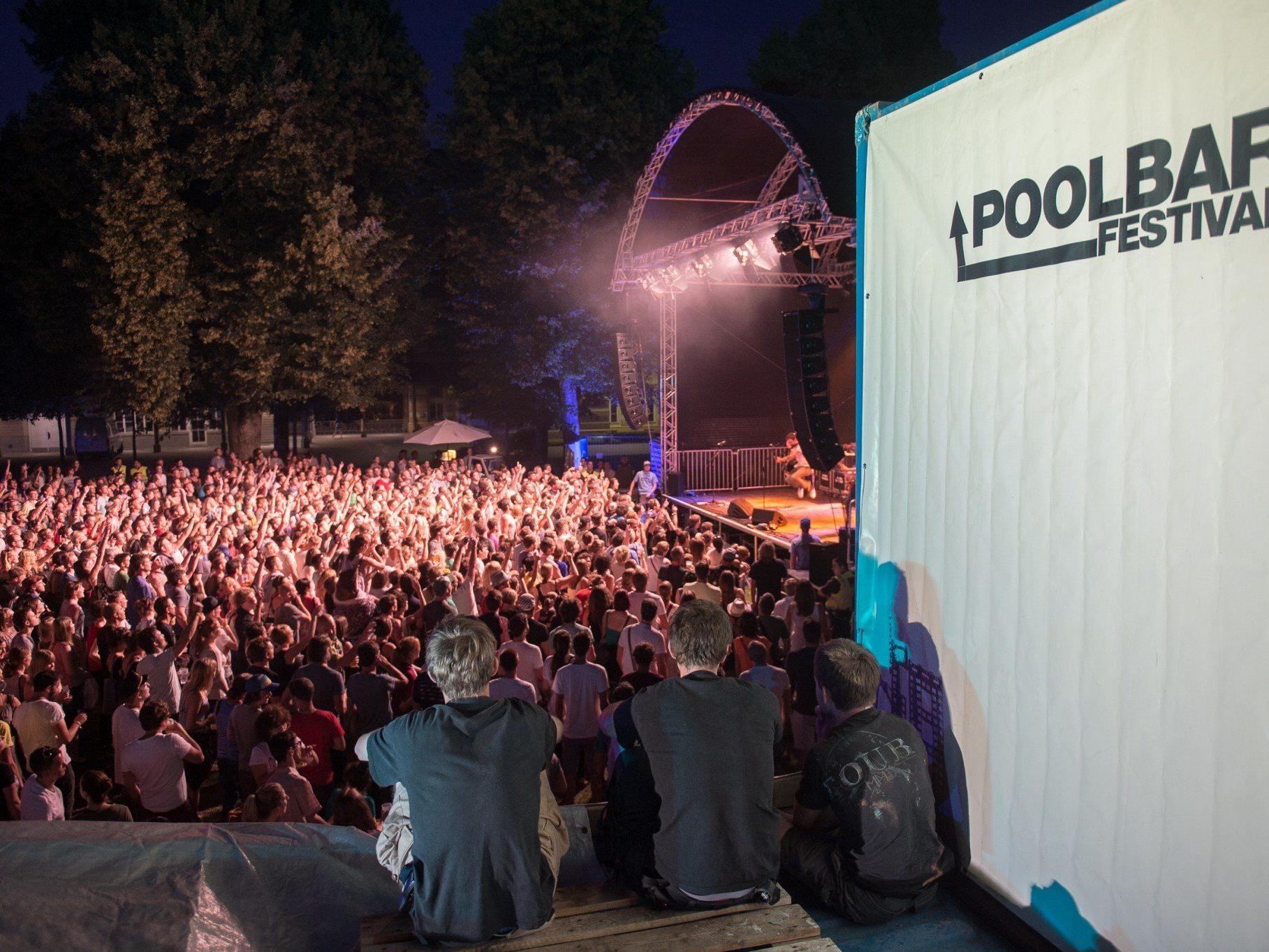 """Premiere des """"poolbar auf der Wiese""""-Open Airs."""