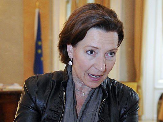 Gabriele Heinisch-Hosek will die längste Kindergeld-Variante streichen - die FPÖ-Frauen sind dagegen
