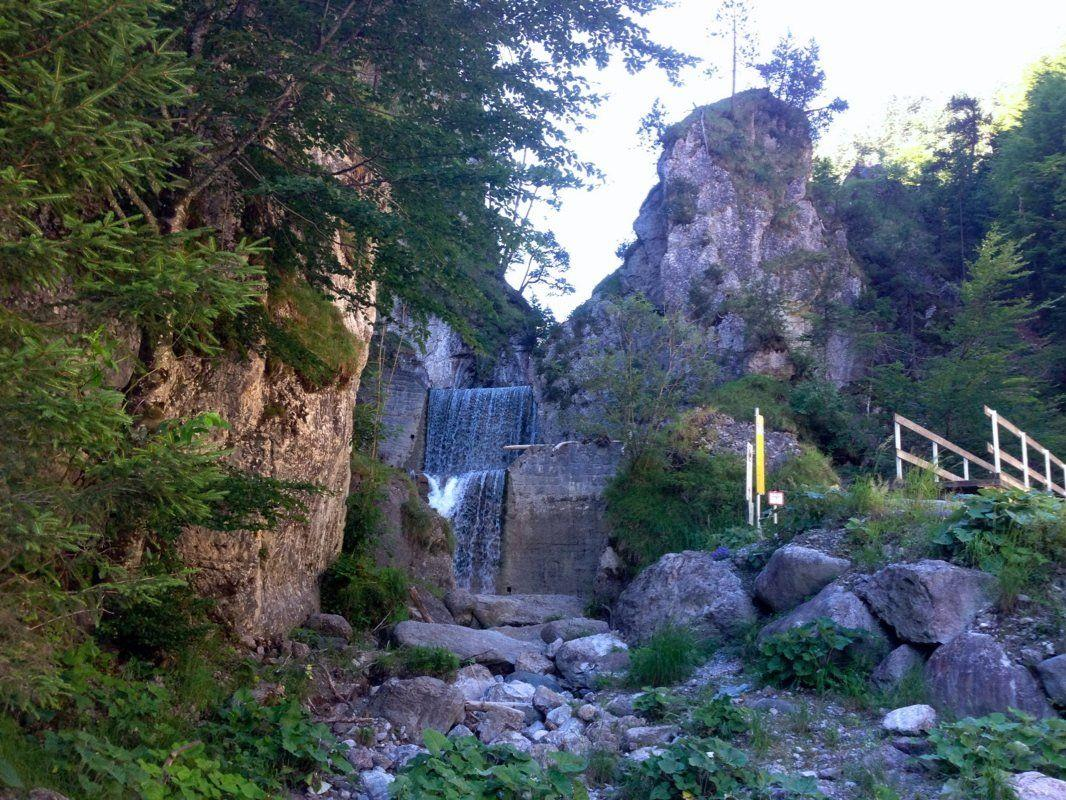 Am Ende der Wanderung ist an der Staatsgrenze zu Liechtenstein ein imposanter Wasserfall zu sehen